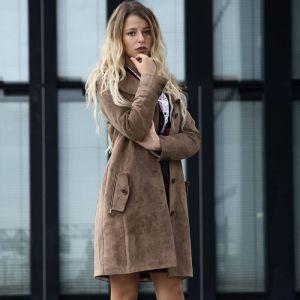 Hellbrauner, knielanger Mantel aus einem angenehm weichem Obermaterial in eleganter Wildlederoptik und mit einem edlen Innenfutter von Haye Fashion Hamburg