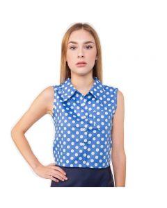 Kurz geschnittene, blaue Sommer Bluse mit weißen Punkten, mit klassischem Kragen, ohne Ärmel, im 50er Jahre Look von Haye Fashion Hamburg