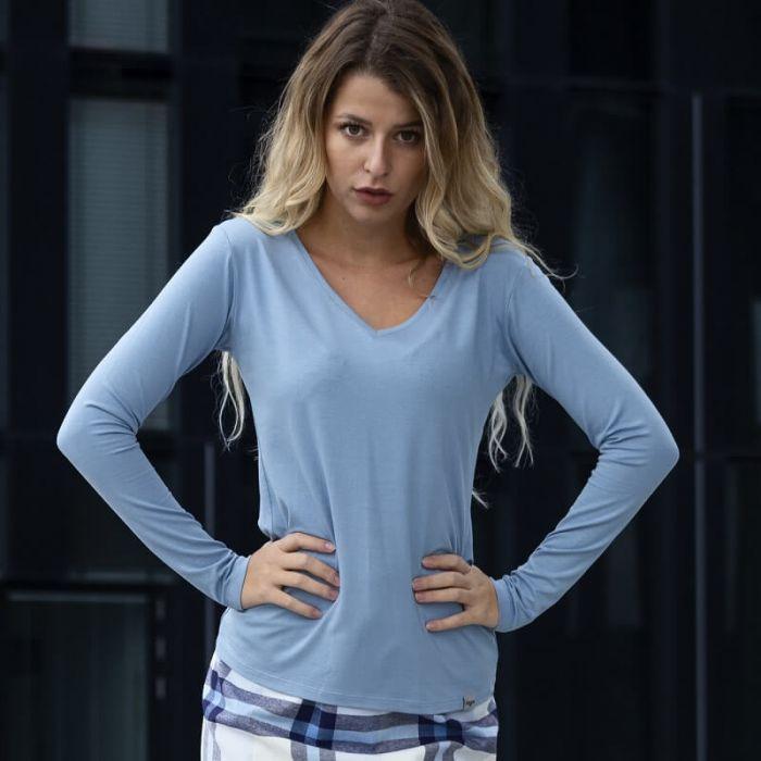 hellblaues, langes Shirt mit extra langen Ärmeln und V-Ausschnitt aus hochwertiger, blickdichter Viskose von Haye Fashion Hamburg