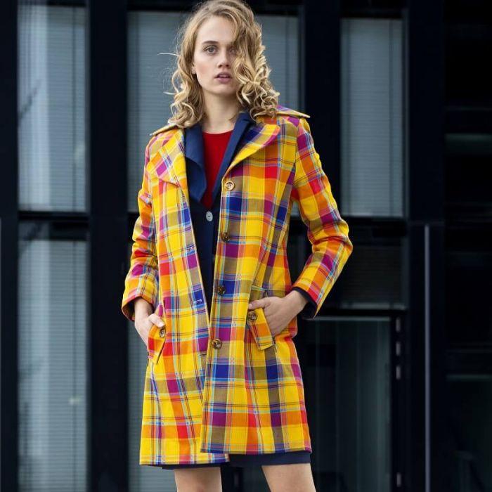 Gelb karierter Designer Damenmantel mit edlem Innenfutter für Menschen, die kräftige Farben lieben. Designer Stück aus limitierter Serie von Haye Fashion aus Hamburg